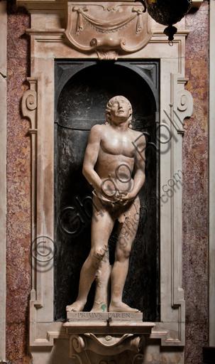 """Genova, Duomo (Cattedrale di S. Lorenzo),  Cappella di San Giovanni, parete Est: """"Adamo"""", di Matteo Civitali, 1496, statua in marmo entro nicchia."""