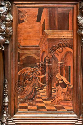 """Genova, Duomo (Cattedrale di S. Lorenzo), interno,  presbiterio, abside, coro, lato sud: """"Annunciazione"""", tarsia lignea di Gian Michele De' Pantaleoni (secolo XVI)."""