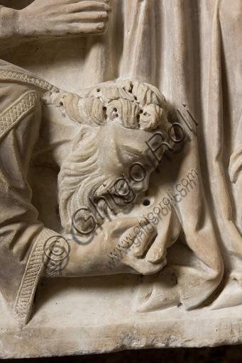 Genova, Museo Diocesano: monumento funerario del cardinale Luca Fieschi. È opera di della scuola di Giovanni di Balduccio da Pisa, 1336 circa. Particolare con apostolo che bacia un piede a Cristo.