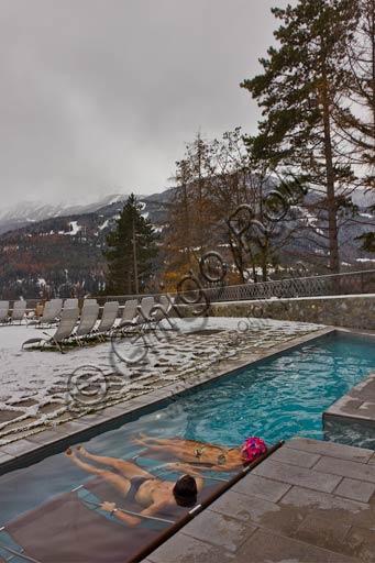 """Bormio, Terme, Stabilimento """"Bagni Nuovi"""": coppia in piscina all'aperto."""