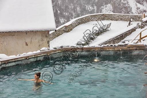 """Bormio, Terme, Stabilimento """"Bagni Vecchi"""": ospite nella piscina termale all'aperto."""