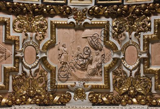 """Genova, Duomo (Cattedrale di S. Lorenzo),  Cappella di San Giovanni,  parete ovest, archivolto con episodi della vita di San Giovanni: """"Il Battista davanti a Erode"""", formella centrale, terracotta modellata e incisa."""