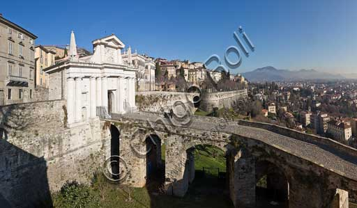 Bergamo, Città alta: view of the town with the  Viale delle Mura veneziane (Venetian Walls Avenue) and Porta S. Giacomo (St. James Door), one of the four Bergamo doors. Porta S. Giacomo, by Bonaiuto Lorini (1592), with an external façade in white - pink Zandobbio marble, was built on the road to Milan.