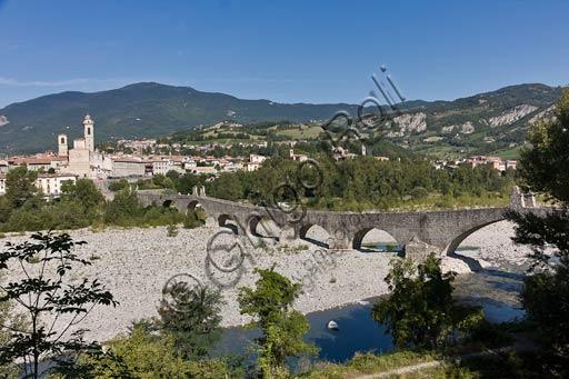 Bobbio: Veduta di Bobbio col Ponte Vecchio, detto anche Ponte Gobbo o del Diavolo, che attraversa il fiume Trebbia con 11 campate irregolari.