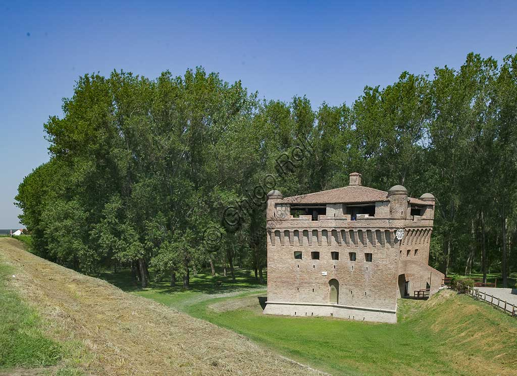 Bondeno, La Stellata: the powerful stronghold, a defensive tower on the bank of the Po built around the 11th century and subsequently enlarged in 1362 by  Niccolò II d'Este wished. At that time  it was located near the delta of the Po.