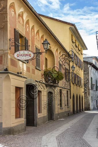 Bormio, centro storico: via con insegna dell'amaro Braulio.