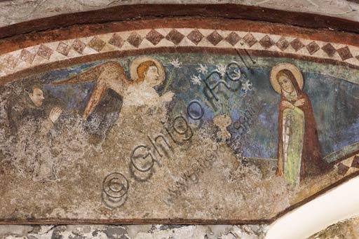 Bormio, Collegiata dei Santi Gervasio e Protasio (patroni di Bormio), sottarco che unisce il fianco meridionale della chiesa alla canonica: affresco del 1393 nella lunetta, raffigurante l'Annunciazione.