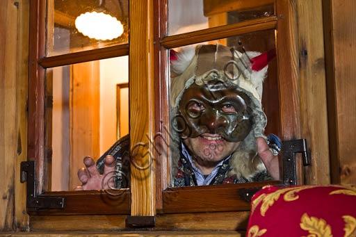 Bormio: Marcello Canclini, esperto di etnografia, storia locale e folclore, indossa una delle maschere del Carnevale bormino.