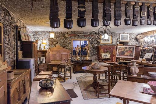 Bormio: negozio di antiquariato con vecchi mobili valtellinesi.