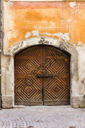 Bormio: porta in legno di antica casa.
