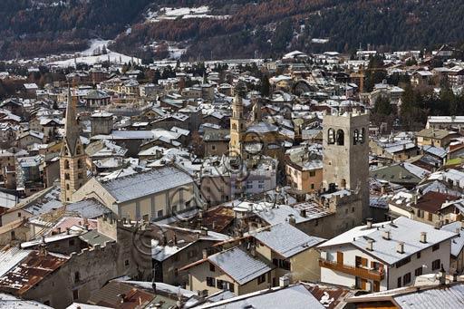 Bormio: veduta della città. Si distinguono, da sinistra verso destra, la Collegiata dei SS Gervasio e Protasio, la Chiesa di Sant'Ignazio e la Torre del Comune.