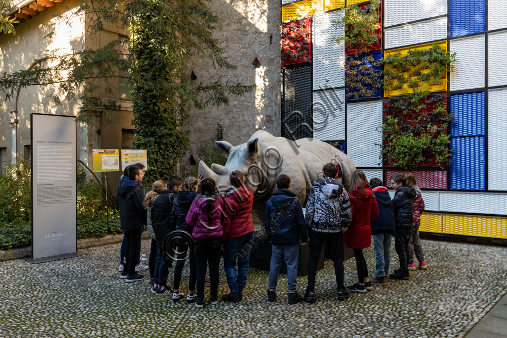 Brescia, Palazzo Martinengo, giardino: ragazzi osservano una scultura in vetroresina di Stefano Bombardieri che riproduce un rinoceronte.