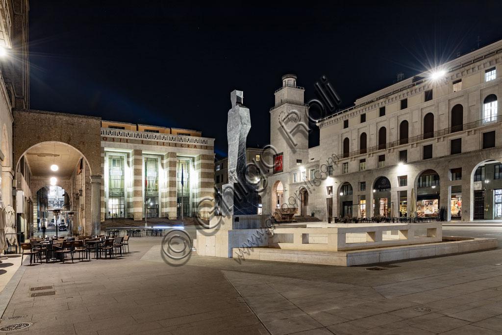 Brescia: veduta serale di piazza della Vittoria (piazza costruita tra il 1927 e il 1932) su progetto dell'architetto e urbanista Marcello Piacentini.