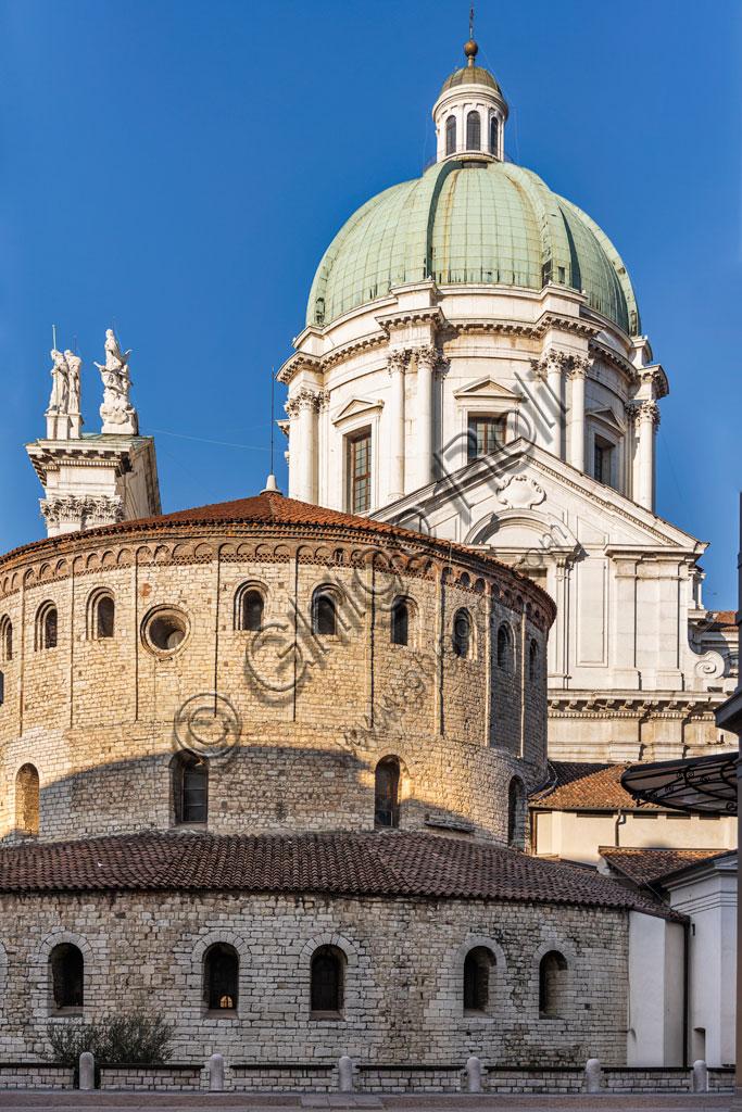 Brescia: vicolo del centro storico. Sullo sfondo,  la cupola del Duomo Nuovo (Cattedrale estiva di S. Maria Assunta), in stile tardo barocco dall'imponente facciata in marmo di Botticino e la struttura cilindrica del Duomo Vecchio (Cattedrale invernale di S. Maria Assunta), costruito alla fine dell'XI secolo.