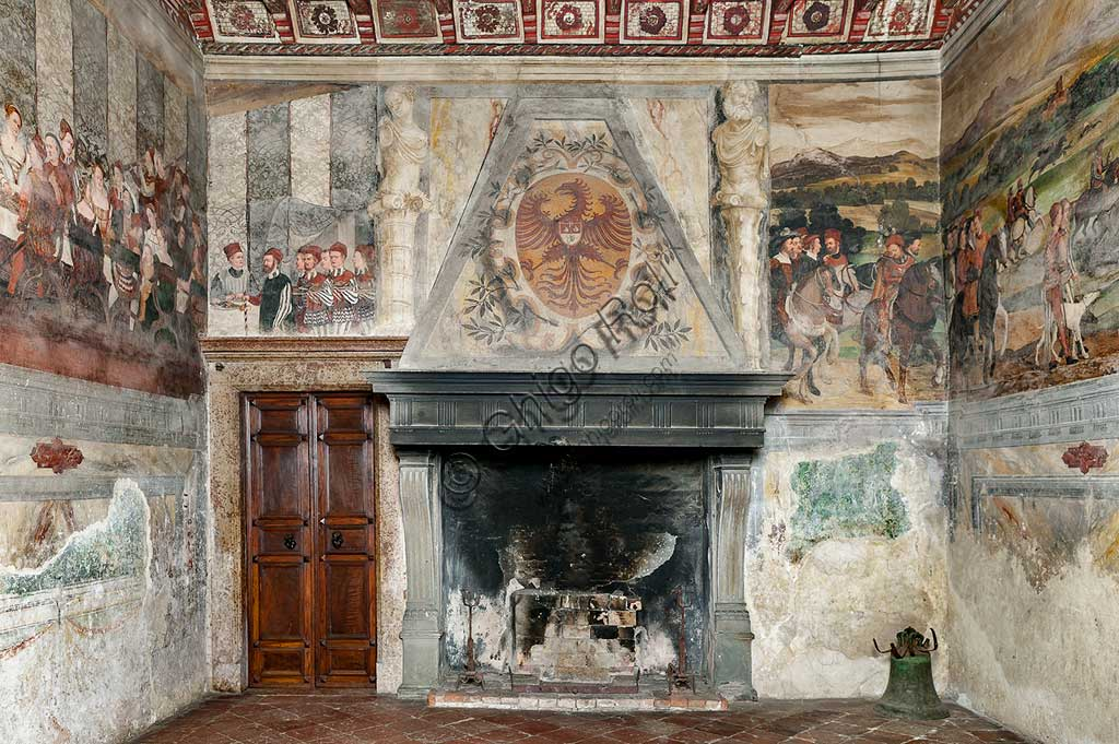 Cavernago, Malpaga Castle or Colleoni Castle, Hall of Honour: cycle of frescoes depicting the visit of Christian I of Denmark to Bartolomeo Colleoni, by Marcello Fogolino, (some historians attribute these frescoes to Romanino), 1474. Detail with fireplace.