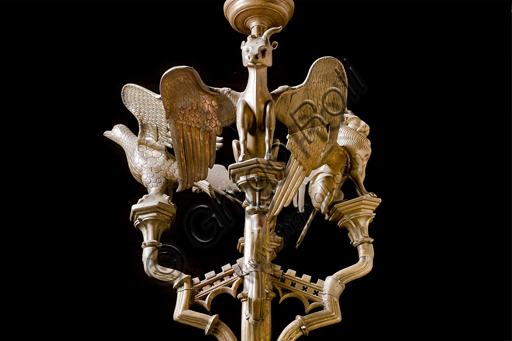 """Genova, Duomo (Cattedrale di S. Lorenzo), interno,  presbiterio: """"Candeliere con i simboli degli evangelisti"""", di manifattura di Dinant, metà del XV secolo.Particolare."""