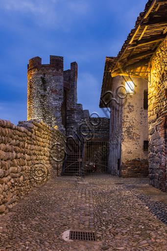 Candelo, Ricetto: un tratto delle mura con la Torre a Sud-Est.