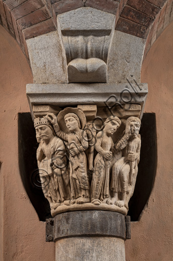 """Modena, Ghirlandina Tower, Torresani Hall: the """"Capital of the Judge"""" or """"of the Upright Judge and of the Corrupt Judge"""", work by Campionesi masters, XII - XIII century.There are three carved scenes. Detail of the first one which represents the good judge crowned by an angel and a man in the act of supplication. The inscription informs us that a crooked judge corrupted by money will give a judgment not in accordance with his conviction."""