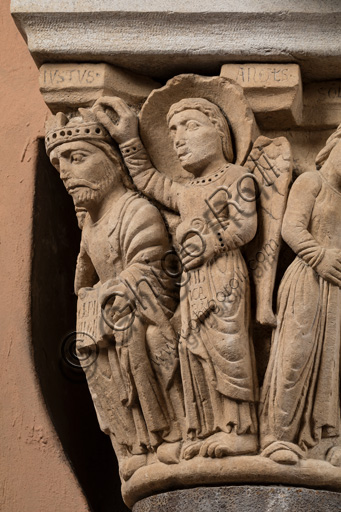 """Modena, Ghirlandina Tower, Torresani Hall: the """"Capital of the Judge"""" or """"of the Upright Judge and of the Corrupt Judge"""", work by Campionesi masters, XII - XIII century.There are three carved scenes. Detail of the first one which represents the good judge crowned by an angel. The inscription informs us that a crooked judge corrupted by money will give a judgment not in accordance with his conviction."""