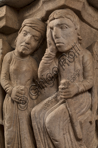 """Modena, Ghirlandina Tower, Torresani Hall: the """"Capital of the Judge"""" or """"of the Upright Judge and of the Corrupt Judge"""", work by Campionesi masters, XII - XIII century.There are three carved scenes. Detail of  an angel, a man in the act of supplication and Lucifer. The inscription informs us that a crooked judge corrupted by money will give a judgment not in accordance with his conviction."""