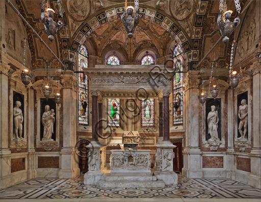 """Genova, Duomo (Cattedrale di S. Lorenzo), Interno: veduta frontale della """"Cappella di San Giovanni"""" con l'altare e il baldacchino marmoreo che lo sovrasta."""