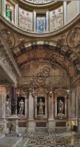 """Genova, Duomo (Cattedrale di S. Lorenzo), Interno: veduta della parete est della """"Cappella di San Giovanni"""" con le statue rinascimentali in marmo di Matteo Civitali (1495 - 1501)."""