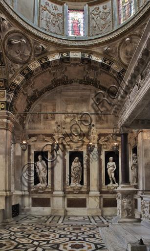 """Genova, Duomo (Cattedrale di S. Lorenzo), Interno: veduta della parete ovest della """"Cappella di San Giovanni"""" con le statue rinascimentali in marmo di Matteo Civitali (1495 - 1501)."""