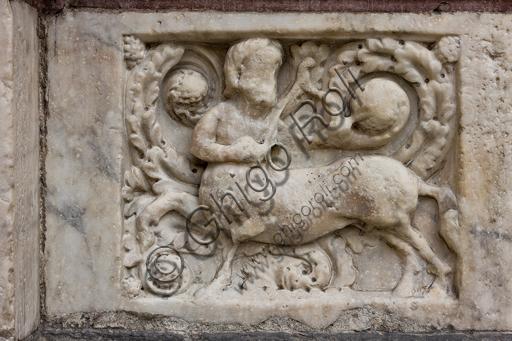 """Genova, Duomo (Cattedrale di S. Lorenzo), lato ovest, la facciata, il portale di sinistra: """"Centauro sagittario"""", formella figurata della decorazione del basamento."""