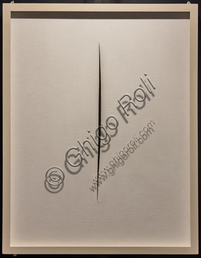 """Museo Novecento: """"Concetto spaziale. Attesa"""", di Lucio Fontana, 1965. Idropittura su tela."""