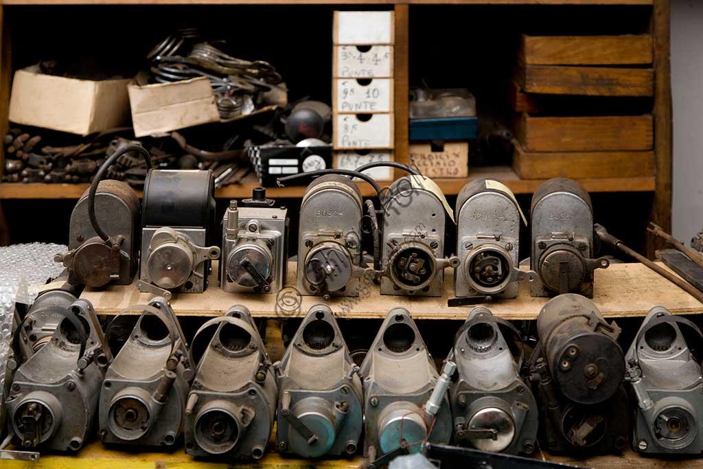 Collezione di moto d'epoca Bruno Valgrande:  l'officina dove il collezionista restaura le vecchie due ruote.