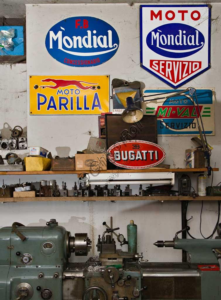 Collezione di moto d'epoca Bruno Valgrande:  scorcio dell'officina dove il collezionista restaura le vecchie due ruote.