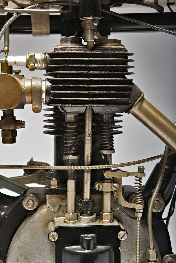 Collezione di moto d'epoca Graziano DainelliModello: Griffon - Zedel, tipo corsaNazionalità: franceseFabbrica: Anno di costruzione: 1904Condizioni:Cilindrata: 500 ccCiclo: Numero cilindri:Cambio:Avviamento:Velocità:Caratteristiche particolari: corse la Paris - Bordeaux - Paris.