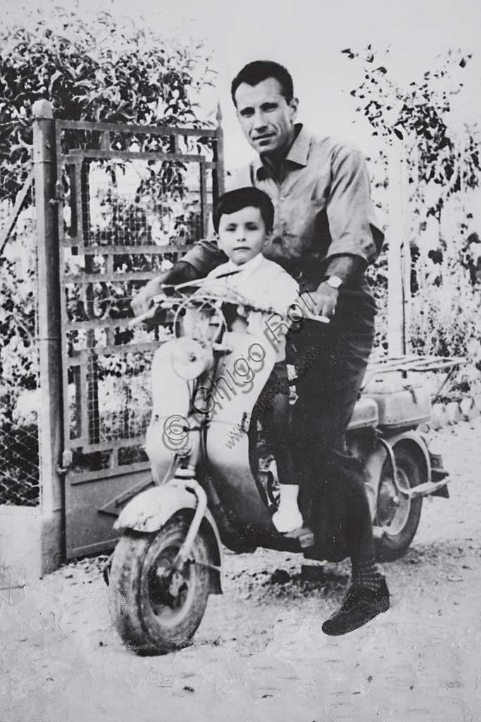 Collezione Sergio Sciarpetti: foto del collezionista all'età di due anni con il padre Giuseppe su una Lambretta nella campagna dei dintorni di Assisi.