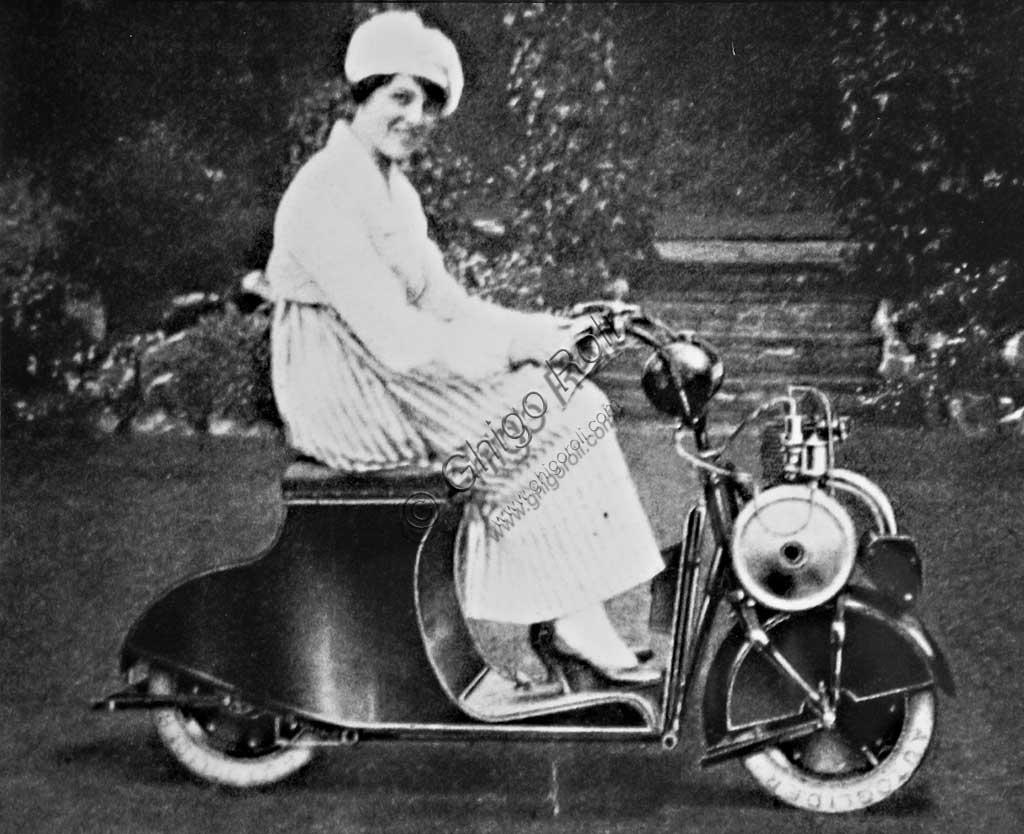 Collezione Sergio Sciarpetti: riproduzione di foto d'epoca con donna su un'Autoglider.