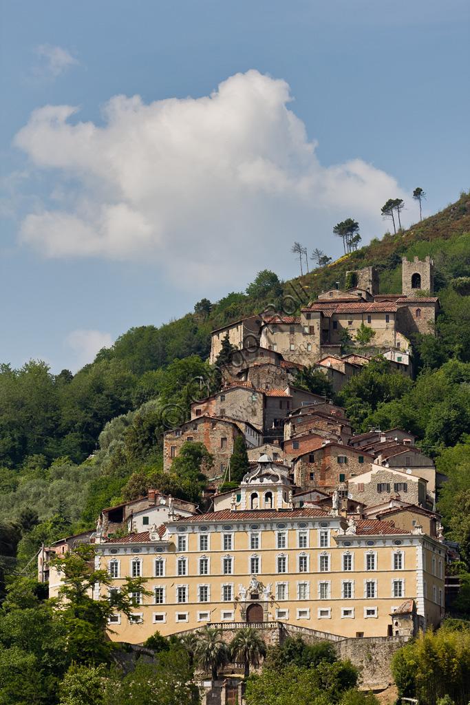 Collodi: la facciata di Villa Garzoni alle cui spalle sorge il paesino.
