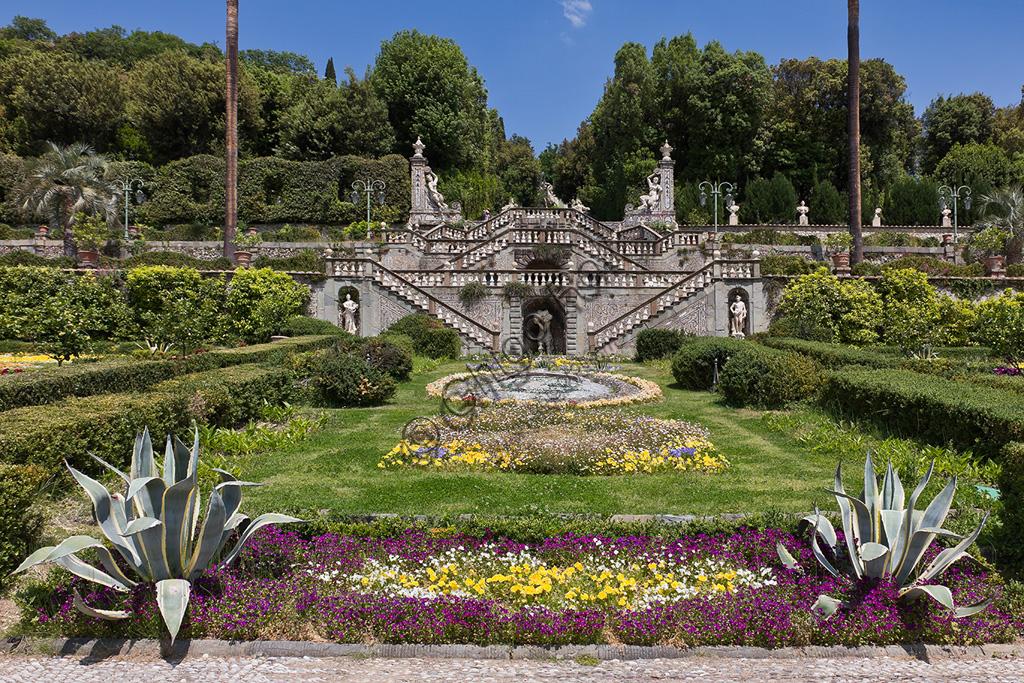 Collodi, Villa Garzon, il giardino storico:  scalinate, fiori e statue.