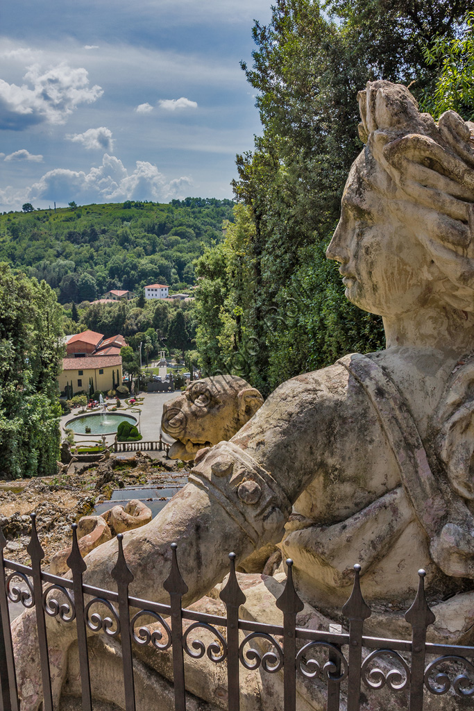 Collodi, Villa Garzoni, il giardino storico: particolare di statua.