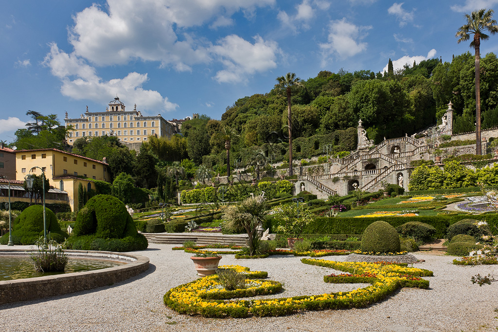Collodi, Villa Garzoni: la facciata e il giardino storico con scalinate, fiori e statue.