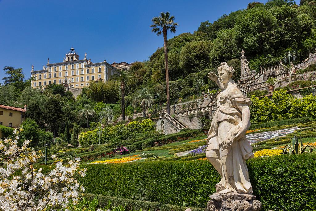 Collodi, Villa Garzoni: la facciata e statua nello storico giardino.