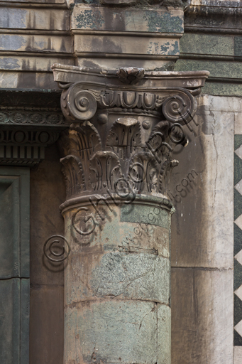 Firenze, Battistero di San Giovanni, esterno, la facciata a Sud in marmo di Carrara bianco e verde di Prato: particolare di colonna e capitello.