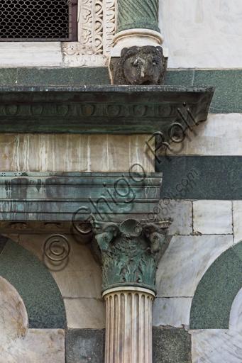 Firenze, Battistero di San Giovanni, esterno, la facciata a Nord in marmo di Carrara bianco e verde di Prato: particolare di colonna e capitello.