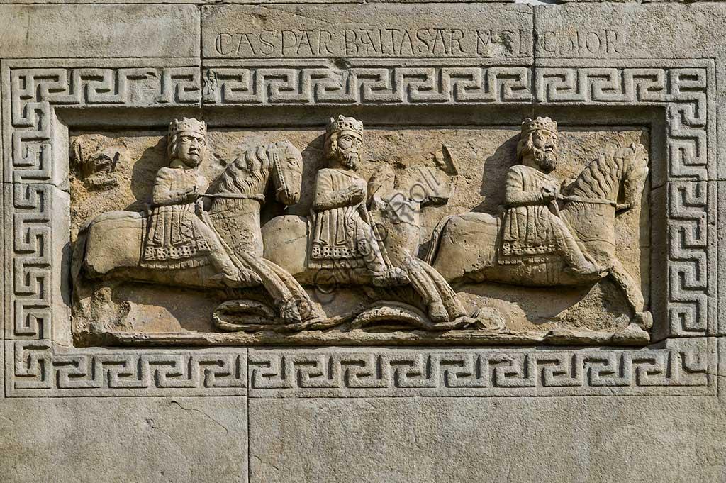 """Fidenza, Duomo(Cattedrale di S. Donnino), Facciata: bassorilievo con """"Corteo dei Re Magi a cavallo"""", di Benedetto Antelami e bottega."""