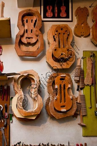 Cremona, bottega di liutaio di Stefano Conia: attrezzi da lavoro e modelli di casse armoniche