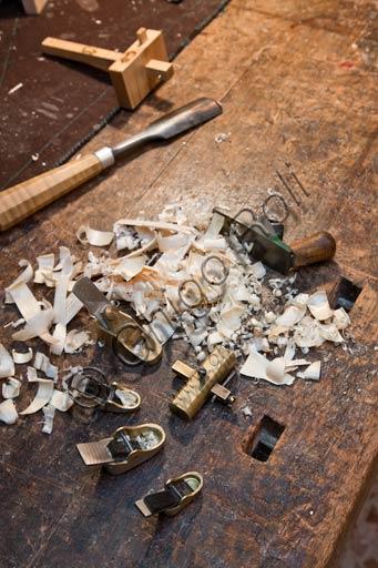 Cremona, bottega di liutaio di Stefano Conia: attrezzi da lavoro