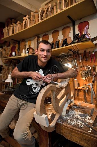 Cremona, bottega di liutaio: Laboratorio di Stefano Conia. Nella foto, Stefano Conia il giovane.