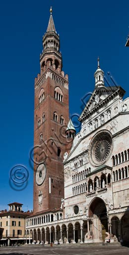 Cremona: view of piazza del Comune with the Duomo (the Cathedral) and the Torrazzo.