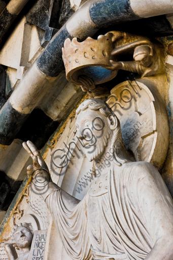 """Genova, Duomo (Cattedrale di S. Lorenzo), lato ovest, la facciata, portale maggiore: dettaglio della lunetta con """"Cristo Giudice"""", di Maestro della lunetta della Cattedrale di Genova, 1225 circa."""
