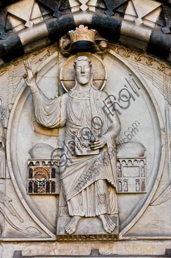"""Genova, Duomo (Cattedrale di S. Lorenzo), lato ovest, la facciata, portale maggiore: dettaglio della lunetta con """"Cristo Giudice tra i simboli degli Evangelisti"""", di Maestro della lunetta della Cattedrale di Genova, 1225 circa."""