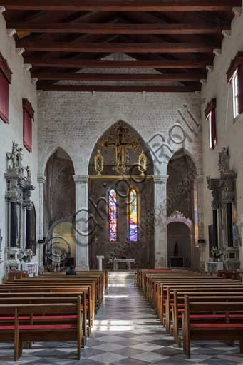 Croazia, Ragusa (Dubrovnik): interno della chiesa di San Domenico:, con al centro in alto, il polittico  della Crocifissione di Paolo Veneziano.