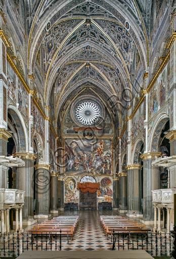 """Cremona, Duomo (Cattedrale di Santa Maria Assunta), interno: veduta della navata centrale e della controfacciata con """"Crocefissione"""", affresco del Pordenone (Giovanni Antonio de' Sacchis), 1521."""